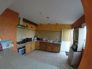 Cuisine ou kitchenette dans l'établissement Villa des Bananiers