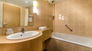 A bathroom at Hôtel Eliseo