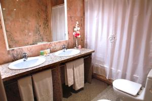 A bathroom at Suite Hotel S'Argamassa Palace