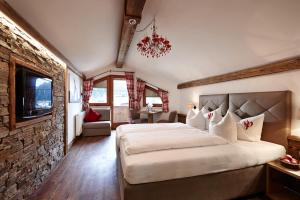 A bed or beds in a room at Hotel Gasthof Perauer