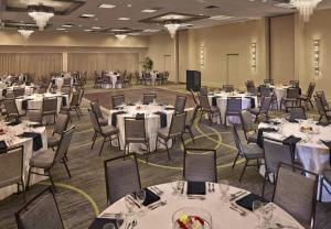 A restaurant or other place to eat at Courtyard by Marriott Philadelphia City Avenue