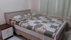 A bed or beds in a room at Apartamento Próximo à Praia