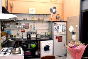 Кухня или мини-кухня в Олд Флэт Хостел на Советской
