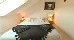 A bed or beds in a room at L'Ourson