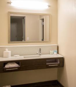 A bathroom at Hampton Inn & Suites Jackson Coliseum