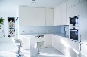 Кухня или мини-кухня в Apartment on Konchovskiy
