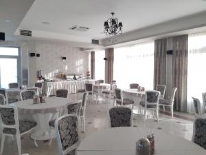 A restaurant or other place to eat at Hotel SAX Gračanica