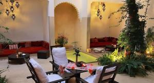 Un restaurante o sitio para comer en Riad Davia