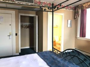 A bed or beds in a room at Waynebrook Inn