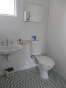 A bathroom at Cronulla Motor Inn