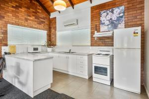 A kitchen or kitchenette at Whiteoaks Motel & Lodges