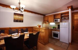 A kitchen or kitchenette at Chalet des Neiges Oz en Oisans