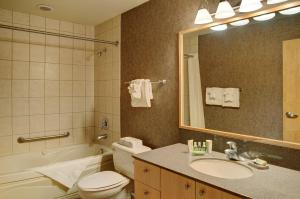 A bathroom at Lakeview Gimli Resort