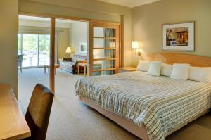 A bed or beds in a room at Lakeview Gimli Resort