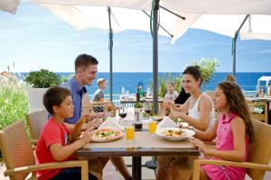 Ein Restaurant oder anderes Speiselokal in der Unterkunft Lanterna Sunny Resort by Valamar