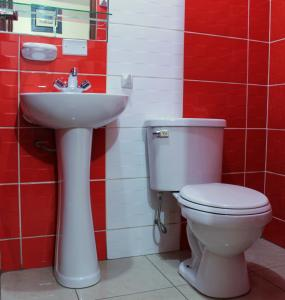 A bathroom at Hotel Los Gladiolos