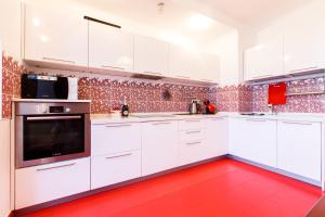 Кухня или мини-кухня в Апартамент Люкс на Курортном
