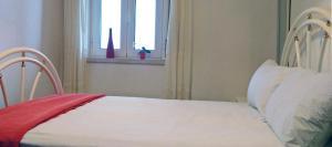 Uma cama ou camas num quarto em Nazare with Garden and Barbecue by MP