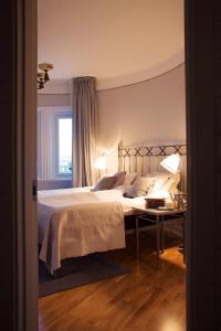 Säng eller sängar i ett rum på Grand Hotell Hörnan