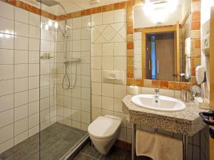 A bathroom at Hotel Garni Loipenhof