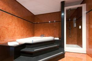 A bathroom at Tryp Madrid Alameda Aeropuerto Hotel