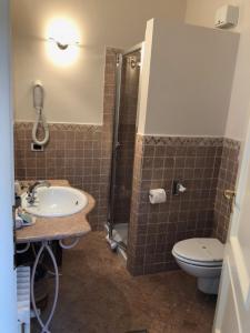 A bathroom at Locanda Agli Angeli