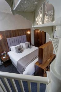 A bed or beds in a room at B/W Plus The Croft Hotel