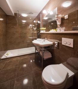 A bathroom at Priska Luxury Rooms