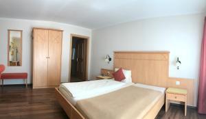 Ein Bett oder Betten in einem Zimmer der Unterkunft Hotel Kreuz