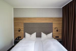 Ein Bett oder Betten in einem Zimmer der Unterkunft Hotel am See