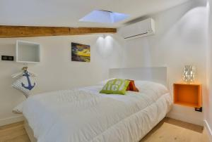A bed or beds in a room at MY CASA - 4 PLACE MASSENA - DUPLEX