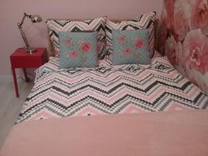 Łóżko lub łóżka w pokoju w obiekcie VINTAGE - ROSE APARTAMENT