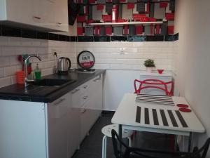 Kuchnia lub aneks kuchenny w obiekcie VINTAGE - ROSE APARTAMENT