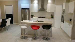 A kitchen or kitchenette at Central Gold Coast Large, Modern, Elevated House