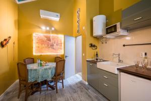 A kitchen or kitchenette at Y.Baixa - Boutique Apartments
