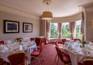 A restaurant or other place to eat at Atholl Hotel