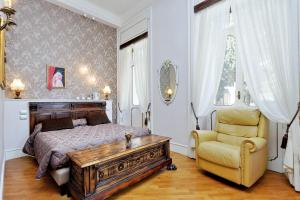 A bed or beds in a room at Domus Monamì Luxury Suites