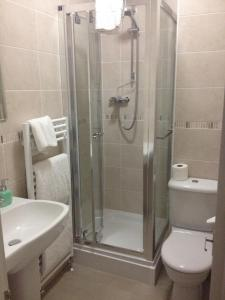 A bathroom at 2 Crescent Gardens Guest House