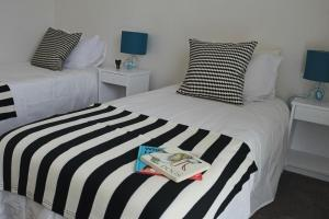 A bed or beds in a room at Sisters Beach Paradise