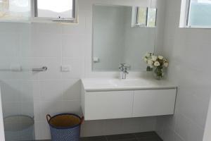 A bathroom at Sisters Beach Paradise