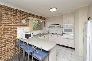 A kitchen or kitchenette at Cottage Court 10 - Nelson Bay