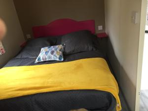 """A bed or beds in a room at Camping """" Le grun de Chignore"""""""