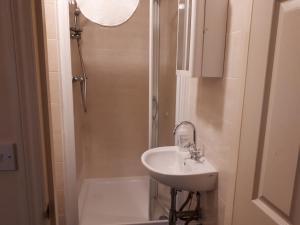 A bathroom at Shamrock Guest House