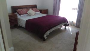 A bed or beds in a room at Deloraine comfort