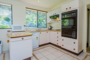 A kitchen or kitchenette at Lentara St 12 - Fingal Bay