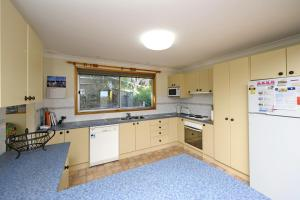 A kitchen or kitchenette at Pet Friendly Lentara St 10 - Fingal Bay