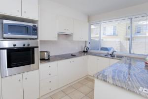 A kitchen or kitchenette at Sandcastles Unit 18 - Fingal Bay