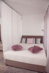 A bed or beds in a room at Ruby's Home