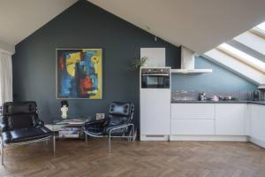 A kitchen or kitchenette at Luxurious city centre apartment