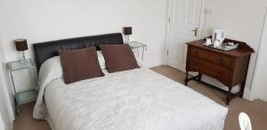 A bed or beds in a room at Avon Manor Guest House